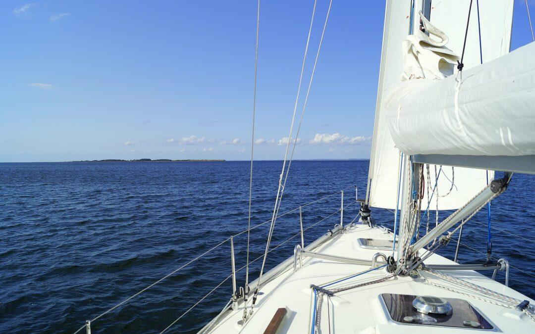 Hvid båd på havet