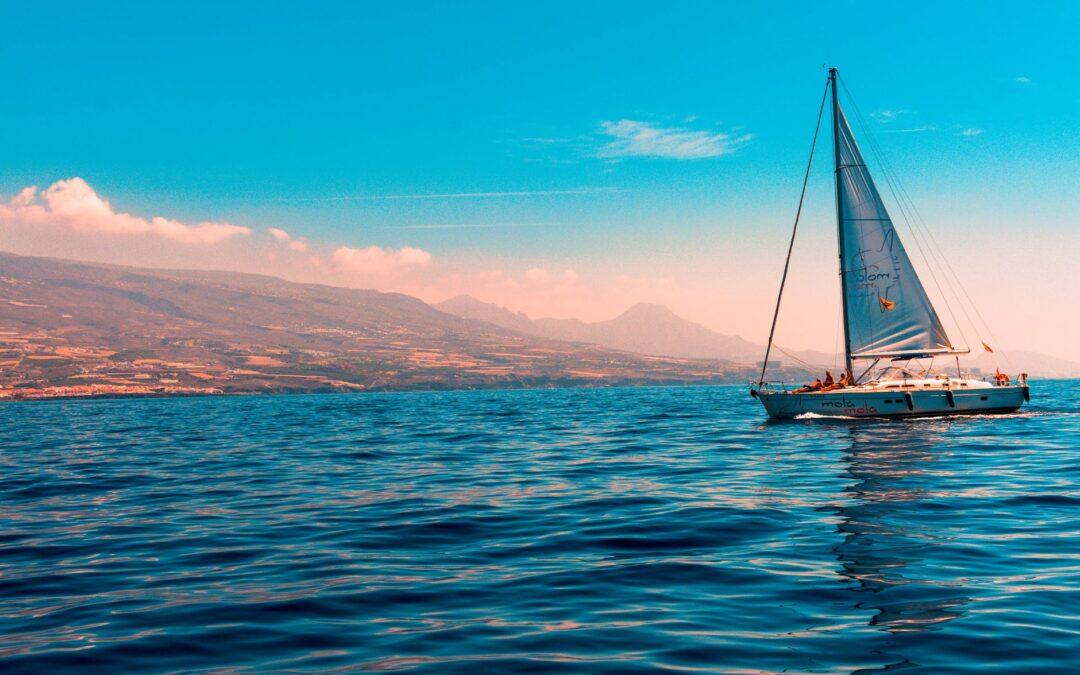 Sejlbåd i smukke omgivelser